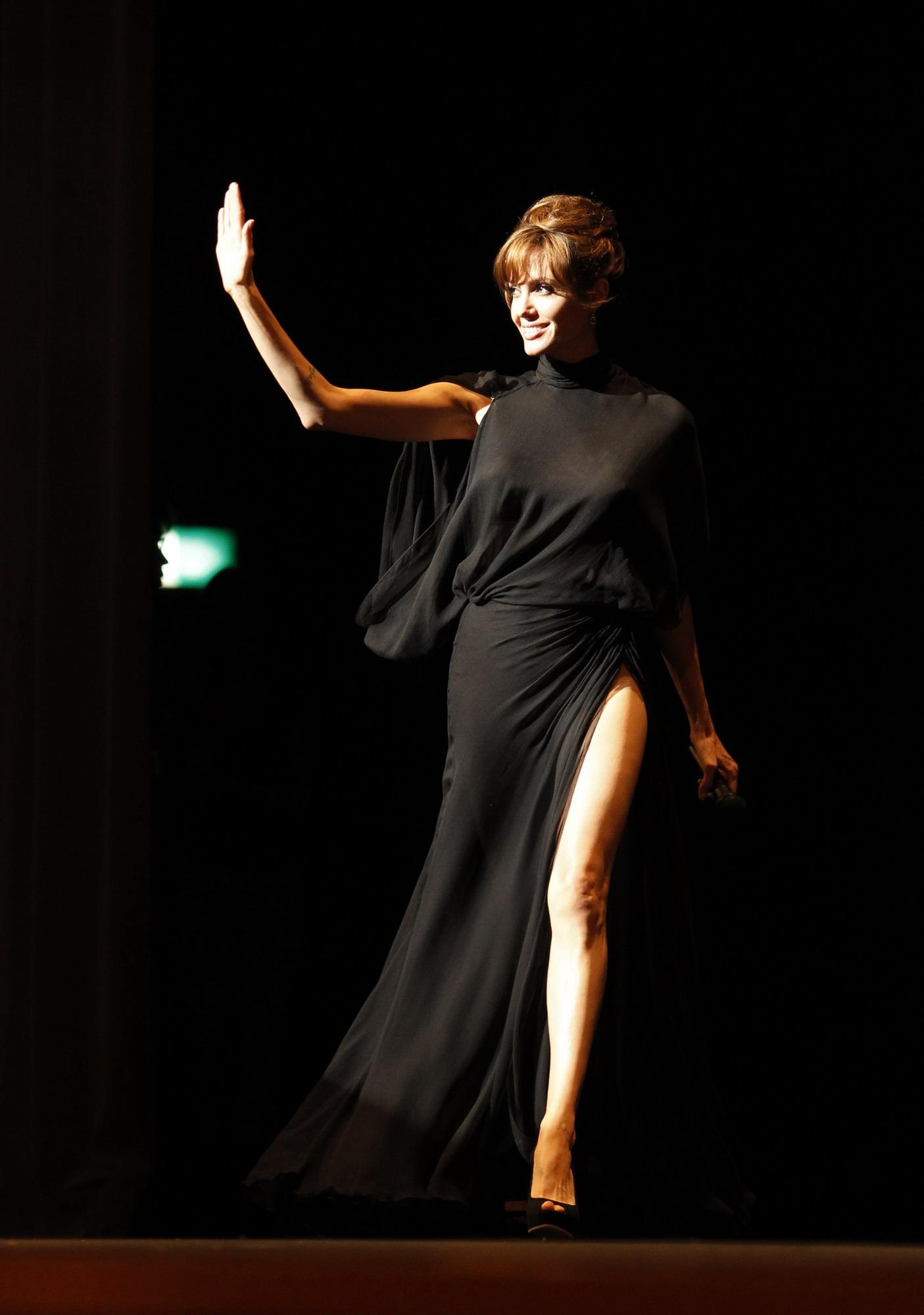 Черное платье с открытой спиной, прекрасно демонстрирующее татуировки