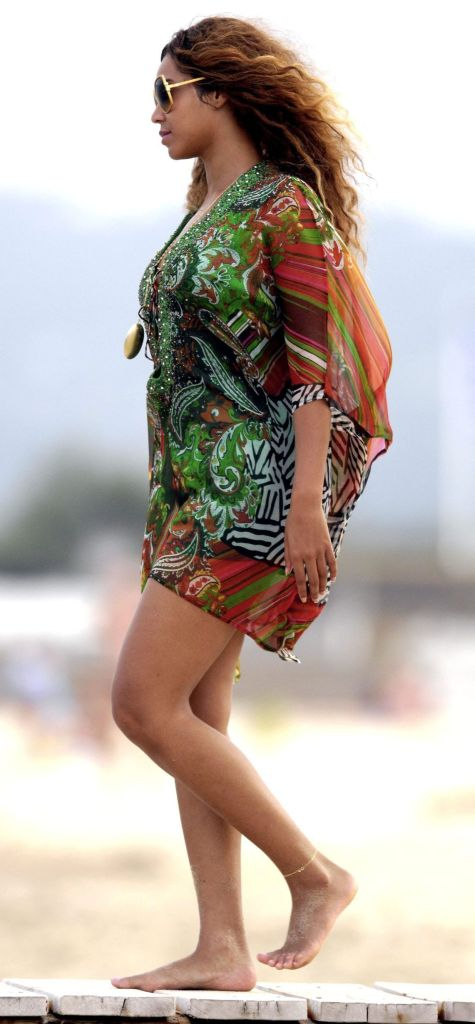 News & Information For Negros: Look At Beyonce's Nasty Feet..