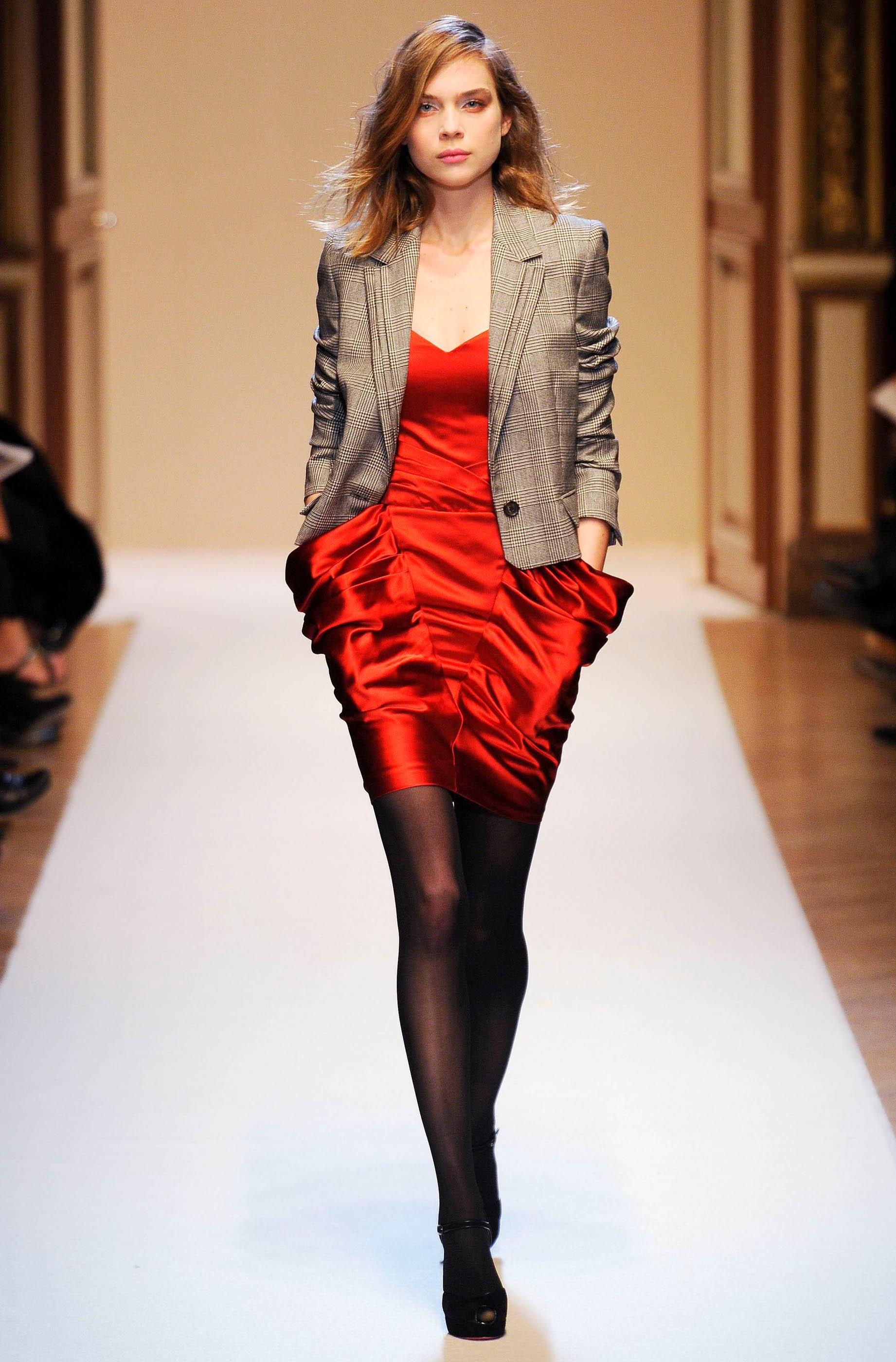 Оттенки представленных красных платьев варьируются от светло на который Мода-блог дает Творческий...