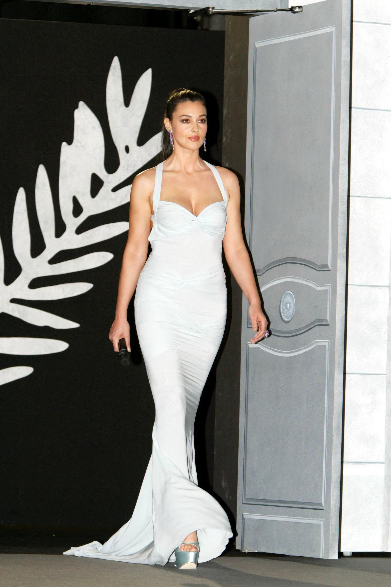 Моника в белом платье
