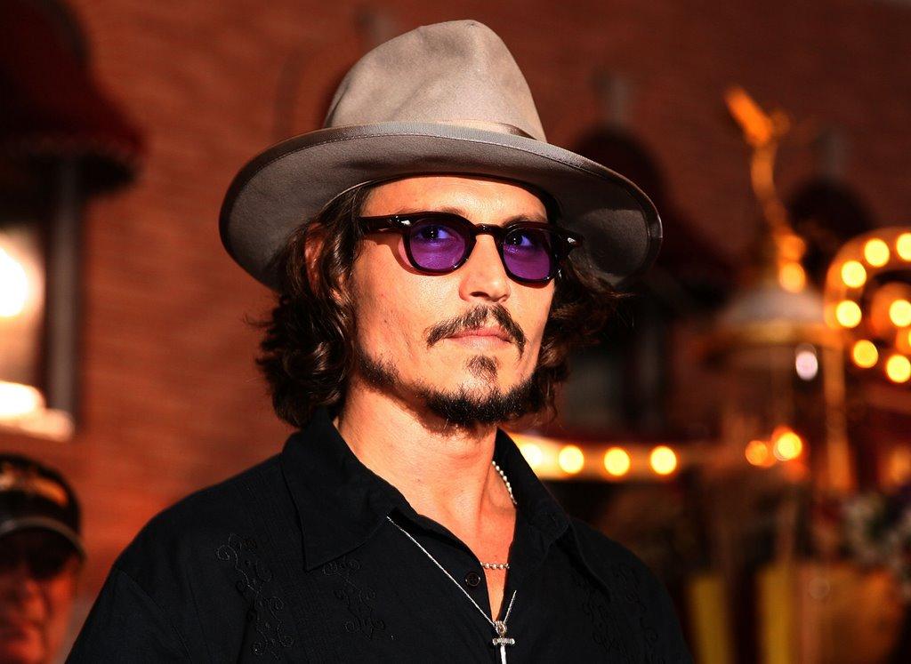Johnny Depp Johnny Depp urodził się w małym miasteczku w bardzo typowej amerykańskiej rodzinie Jego ojciec był inżynierem matka zaś zajmowała się domem