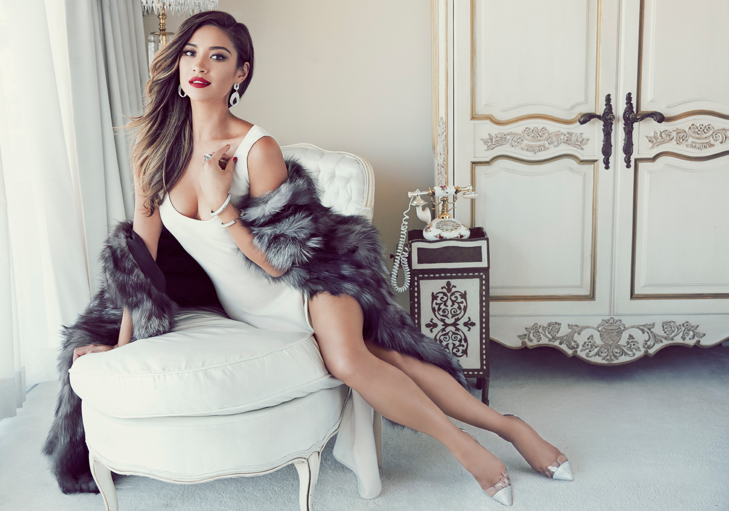 https://www.theplace.ru/archive/shay_mitchell/img/celeber_ru_shay_mitchell_glamour_mx_magazine_photoshoot_2014_02.jpg