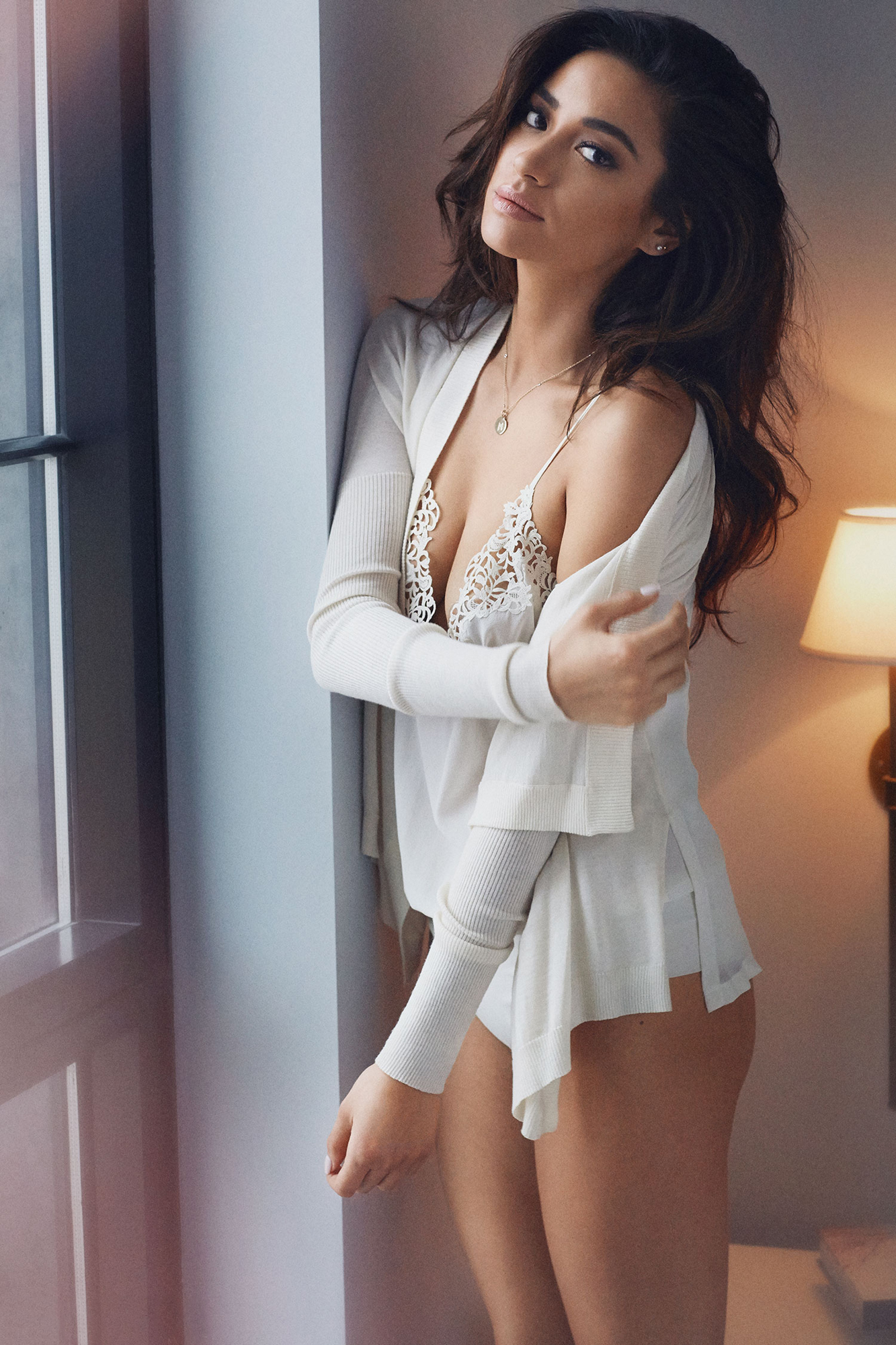 https://www.theplace.ru/archive/shay_mitchell/img/celeber_ru_shay_mitchell_maxim_magazine_photoshoot_2015_07.jpg